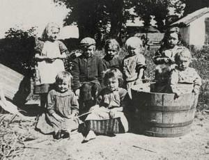 En gruppe børn fra teglværksboligerne
