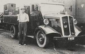 Der afhentes teglværksprodukter. Foto fra 1943.